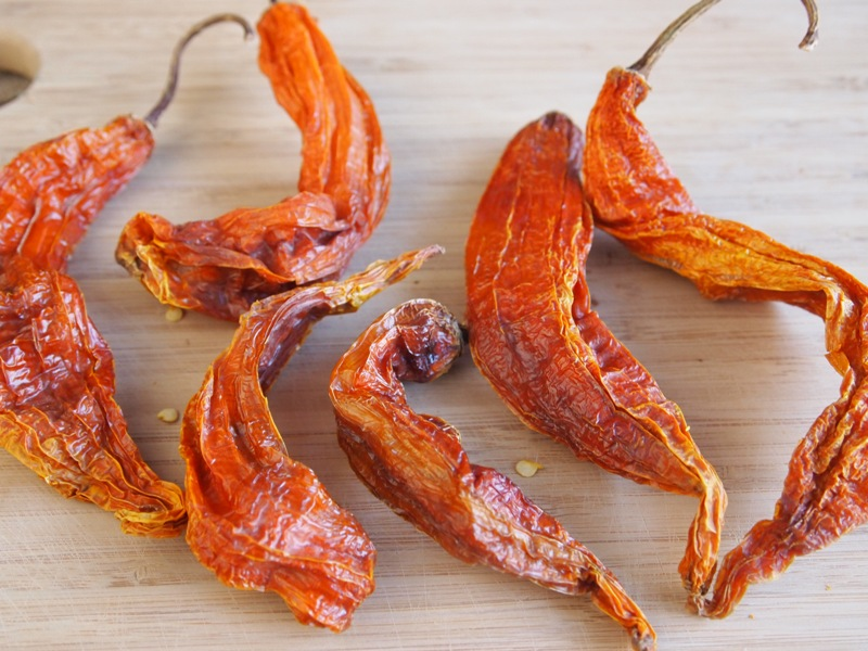 It is a Peruvian hot pepper dried in the sun, which gives it a unique flavor and intensity.