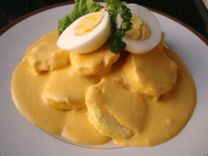 Cover the potatoes with the huancaína sauce.